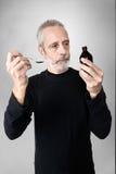 Jarabe de consumición de la tos del hombre Imagenes de archivo