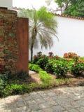 JardÃn τροπικό Casa αποικιακό Suelo Empedrado στοκ εικόνα