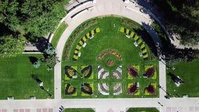Jardín adornado de la ciudad con la opinión aérea superior de la flor metrajes