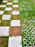 Jardín agradable adornado con las piedras y las plantas a casa Foto de archivo libre de regalías