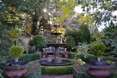 Jardín ajardinado con la fuente Imagen de archivo