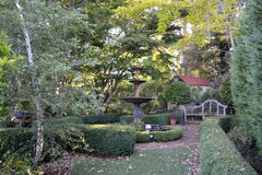Jardín ajardinado con la fuente Fotografía de archivo libre de regalías