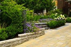 Jardín ajardinado y calzada pavimentada piedra Fotos de archivo
