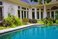 Jardín alrededor de la piscina Imágenes de archivo libres de regalías