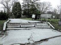 Jardín botánico abandonado viejo en otoño frío nublado imagen de archivo