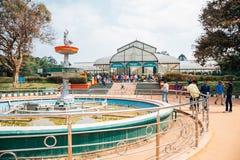 Jardín botánico de Lalbagh y gente del turista en Bangalore, la India imagen de archivo