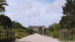 Jardín botánico en París El exterior de la gran evolución Galery almacen de video