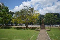 Jardín cerca del templo del diente Fotos de archivo libres de regalías