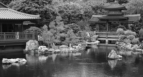 Jardín chino del zen con la pagoda y la casa de té imágenes de archivo libres de regalías