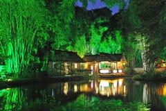 Jardín chino en la noche imagenes de archivo