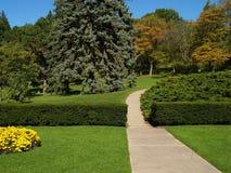 Jardín con camino Fotos de archivo libres de regalías