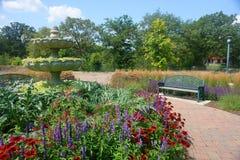 Jardín con el banco Imágenes de archivo libres de regalías