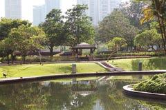 Jardín con el lago en la ciudad Imagenes de archivo