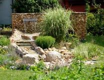 Jardín con la cascada fotografía de archivo