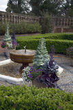 Jardín con la fuente foto de archivo libre de regalías