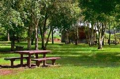 Jardín con la tabla de madera foto de archivo libre de regalías
