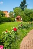 Jardín con las rosas Fotos de archivo