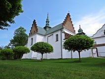 Jardín con los árboles en el monasterio histórico en Polonia Imagen de archivo libre de regalías