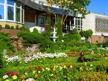 Jardín con scluptures foto de archivo