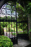 Jardín con una puerta abierta