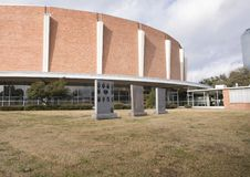 Jardín conmemorativo de los veteranos con Dallas Memorial Auditorium en el fondo imágenes de archivo libres de regalías