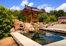 Jardín coreano con la característica del agua Fotografía de archivo libre de regalías
