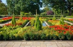 Jardín de flores con las trayectorias Imágenes de archivo libres de regalías