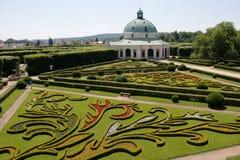 Jardín de flores del castillo en Kromeriz, República Checa foto de archivo