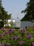 Jardín de flores del verano en el patio de un monasterio antiguo Fotos de archivo libres de regalías