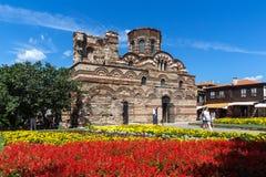 Jardín de flores delante de la iglesia antigua de Cristo Pantocrator en la ciudad de Nessebar, Burg foto de archivo libre de regalías