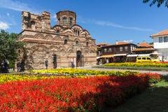 Jardín de flores delante de la iglesia antigua de Cristo Pantocrator en la ciudad de Nessebar, Burg imágenes de archivo libres de regalías