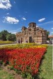 Jardín de flores delante de la iglesia antigua de Cristo Pantocrator en la ciudad de Nessebar, Burg fotografía de archivo libre de regalías