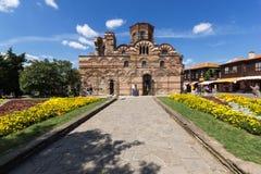 Jardín de flores delante de la iglesia antigua de Cristo Pantocrator en la ciudad de Nessebar, Burg fotos de archivo
