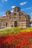 Jardín de flores delante de la iglesia antigua de Cristo Pantocrator en la ciudad de Nessebar, Burg imagen de archivo libre de regalías