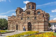 Jardín de flores delante de la iglesia antigua de Cristo Pantocrator en la ciudad de Nessebar, Burg fotografía de archivo