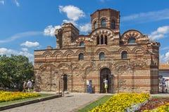 Jardín de flores delante de la iglesia antigua de Cristo Pantocrator en la ciudad de Nessebar, Burg imagenes de archivo