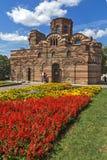 Jardín de flores delante de la iglesia antigua de Cristo Pantocrator en la ciudad de Nessebar, Burg fotos de archivo libres de regalías