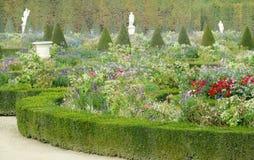 Jardín de flores en Versalles, París, Francia fotos de archivo