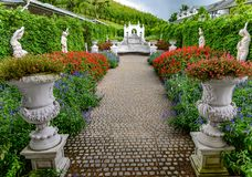 Jardín de flores y arte romano en la colina de Khao Kho imágenes de archivo libres de regalías