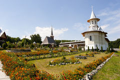 Jardín de flores y monasterio tradicional viejo Imagen de archivo