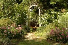 Jardín de la cabaña Fotos de archivo libres de regalías