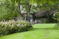 Jardín de la cabaña en verano Imagen de archivo libre de regalías