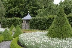 Jardín de la casa de campo Imagen de archivo