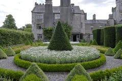 Jardín de la casa de campo Foto de archivo libre de regalías