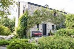 Jardín de la casa de piedra histórica Imágenes de archivo libres de regalías