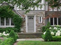 Jardín de la casa suburbana Fotos de archivo