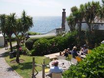 Jardín de la cerveza con la opinión del mar Imagen de archivo