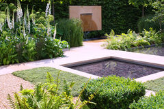 Jardín de la charca de agua imagen de archivo