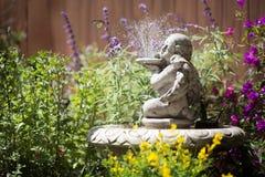 Jardín de la fuente de la querube Fotos de archivo