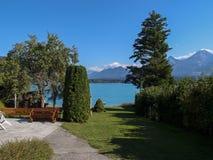 Jardín de la orilla del lago Imágenes de archivo libres de regalías